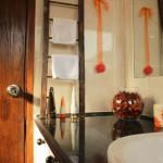 Black and orange decor in the bathroom